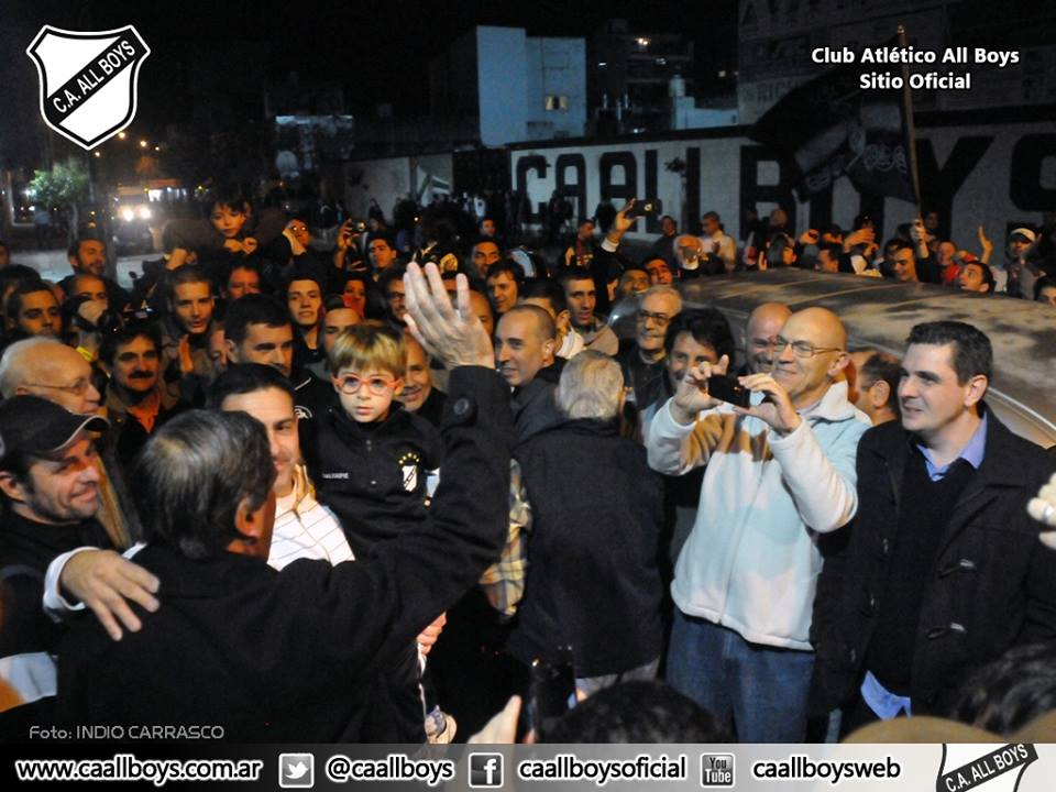 Más de 300 personas recibieron a pepe Romero en su vuelta a All Boys